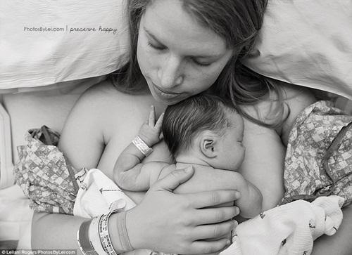 Khoảnh khắc thiêng liêng khi em bé chào đời - hình ảnh 2