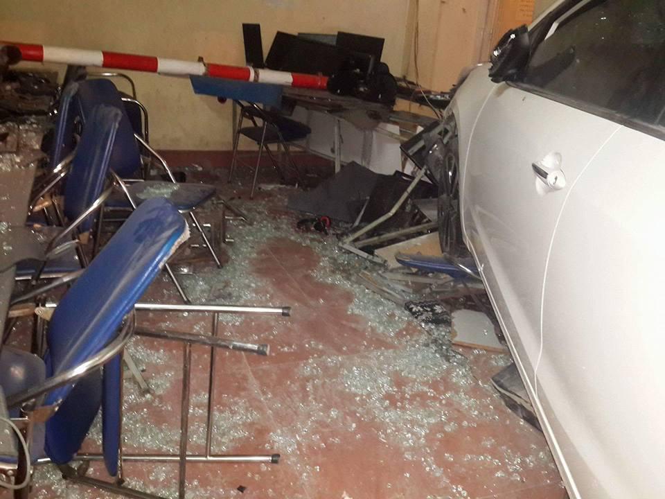 HN: Ô tô lao vào quán internet, 4 người bị thương - hình ảnh 2