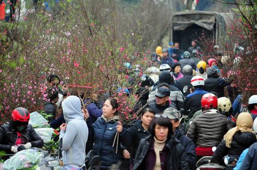 """Hà Nội: Sắc đào """"nhuộm"""" đỏ chợ hoa Quảng Bá - hình ảnh 12"""