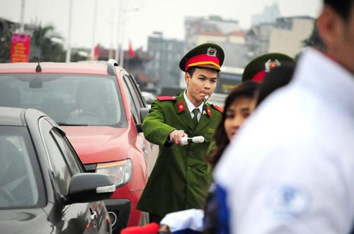 """Hà Nội: Sắc đào """"nhuộm"""" đỏ chợ hoa Quảng Bá - hình ảnh 14"""