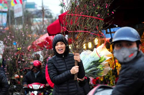 """Hà Nội: Sắc đào """"nhuộm"""" đỏ chợ hoa Quảng Bá - hình ảnh 5"""