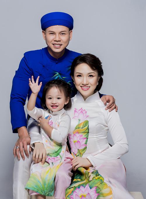 Con gái thiên thần ngọt ngào hôn bố Phan Đinh Tùng - hình ảnh 1