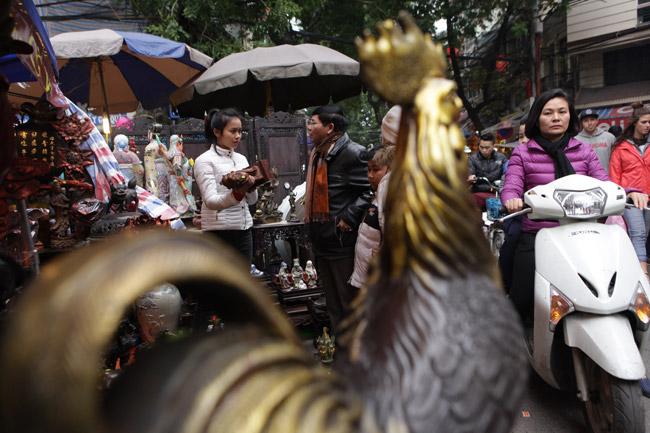 Độc đáo phiên chợ đồ cổ duy trong năm ở Hà Nội - hình ảnh 2