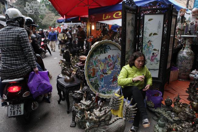 Độc đáo phiên chợ đồ cổ duy trong năm ở Hà Nội - hình ảnh 1