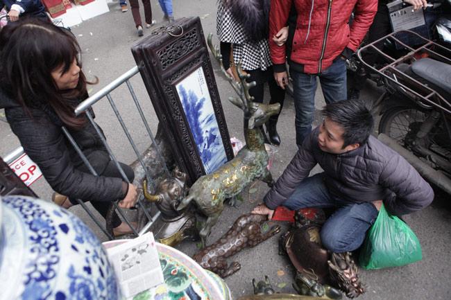 Độc đáo phiên chợ đồ cổ duy trong năm ở Hà Nội - hình ảnh 4