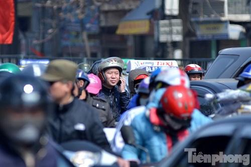 HN: Ùn tắc kinh hoàng trên đường Giải Phóng ngày 28 Tết - hình ảnh 10