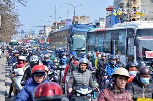 HN: Ùn tắc kinh hoàng trên đường Giải Phóng ngày 28 Tết - hình ảnh 2