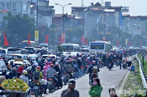 HN: Ùn tắc kinh hoàng trên đường Giải Phóng ngày 28 Tết - hình ảnh 3