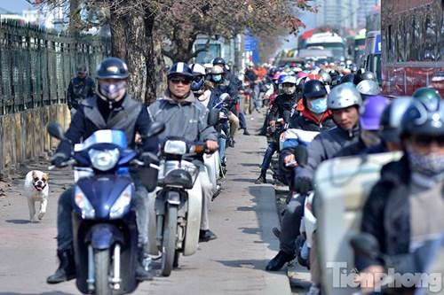 HN: Ùn tắc kinh hoàng trên đường Giải Phóng ngày 28 Tết - hình ảnh 5