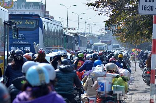 HN: Ùn tắc kinh hoàng trên đường Giải Phóng ngày 28 Tết - hình ảnh 6