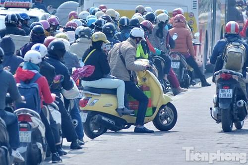 HN: Ùn tắc kinh hoàng trên đường Giải Phóng ngày 28 Tết - hình ảnh 7