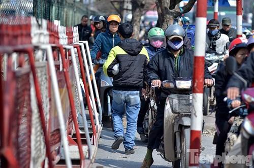 HN: Ùn tắc kinh hoàng trên đường Giải Phóng ngày 28 Tết - hình ảnh 8
