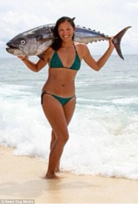Nữ ngư dân quyến rũ giết bạch tuộc bằng răng - hình ảnh 2