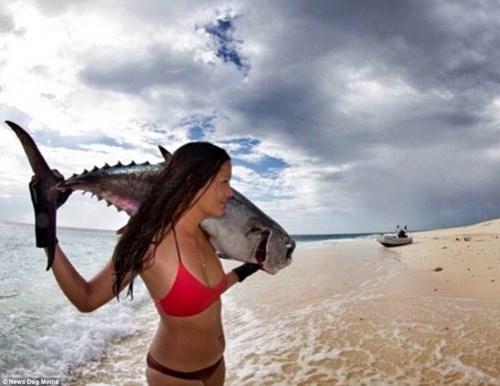 Nữ ngư dân quyến rũ giết bạch tuộc bằng răng - hình ảnh 3