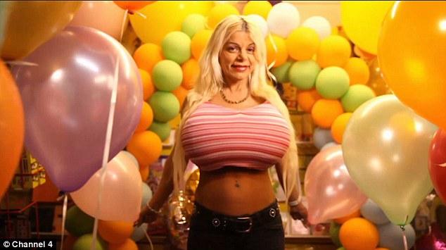 Người mẫu có vòng 1 khổng lồ vì tiêm nước muối vào ngực - hình ảnh 7