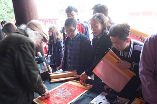 Học sinh đổ về Văn Miếu xin chữ cầu may đầu năm - hình ảnh 3