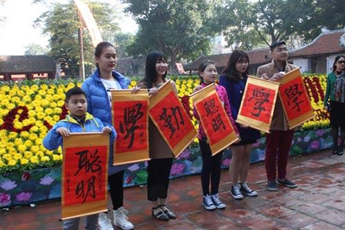 Học sinh đổ về Văn Miếu xin chữ cầu may đầu năm - hình ảnh 4