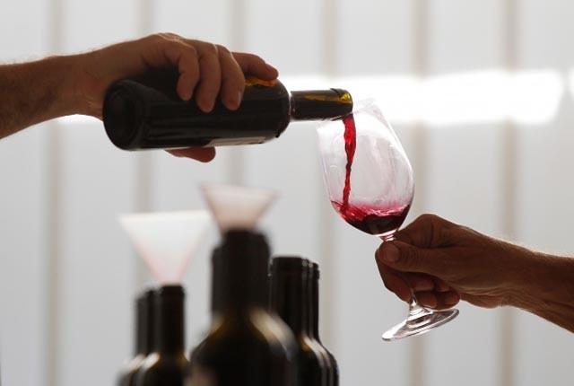 Uống rượu vang đỏ trước khi ngủ giúp phụ nữ giảm cân - hình ảnh 1