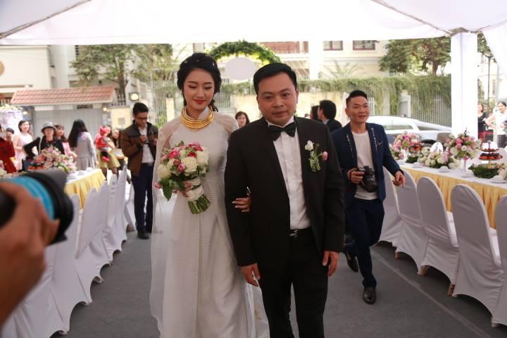 """HH Thu Ngân đeo vàng """"trĩu cổ"""" trong đám cưới với đại gia - hình ảnh 3"""