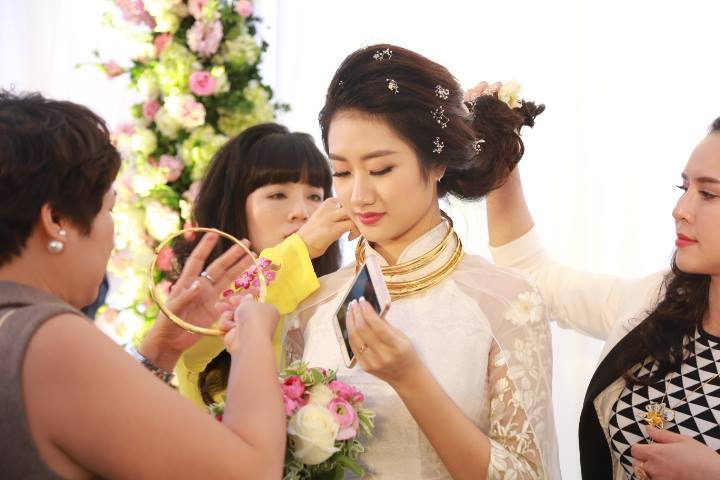 """HH Thu Ngân đeo vàng """"trĩu cổ"""" trong đám cưới với đại gia - hình ảnh 4"""