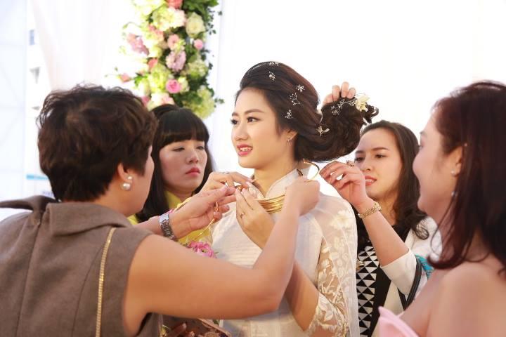"""HH Thu Ngân đeo vàng """"trĩu cổ"""" trong đám cưới với đại gia - hình ảnh 5"""