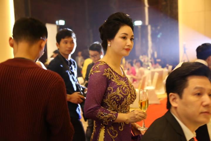 """HH Thu Ngân đeo vàng """"trĩu cổ"""" trong đám cưới với đại gia - hình ảnh 10"""