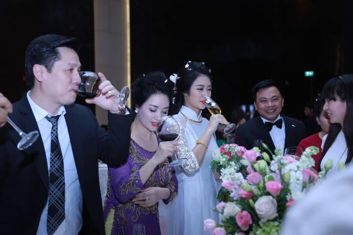 """HH Thu Ngân đeo vàng """"trĩu cổ"""" trong đám cưới với đại gia - hình ảnh 11"""