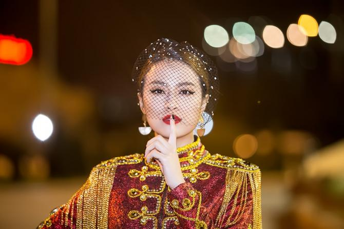 Hoàng Thùy Linh múa cột sexy trong giá rét - hình ảnh 1