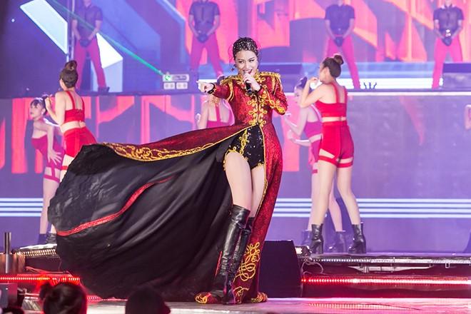 Hoàng Thùy Linh múa cột sexy trong giá rét - hình ảnh 4