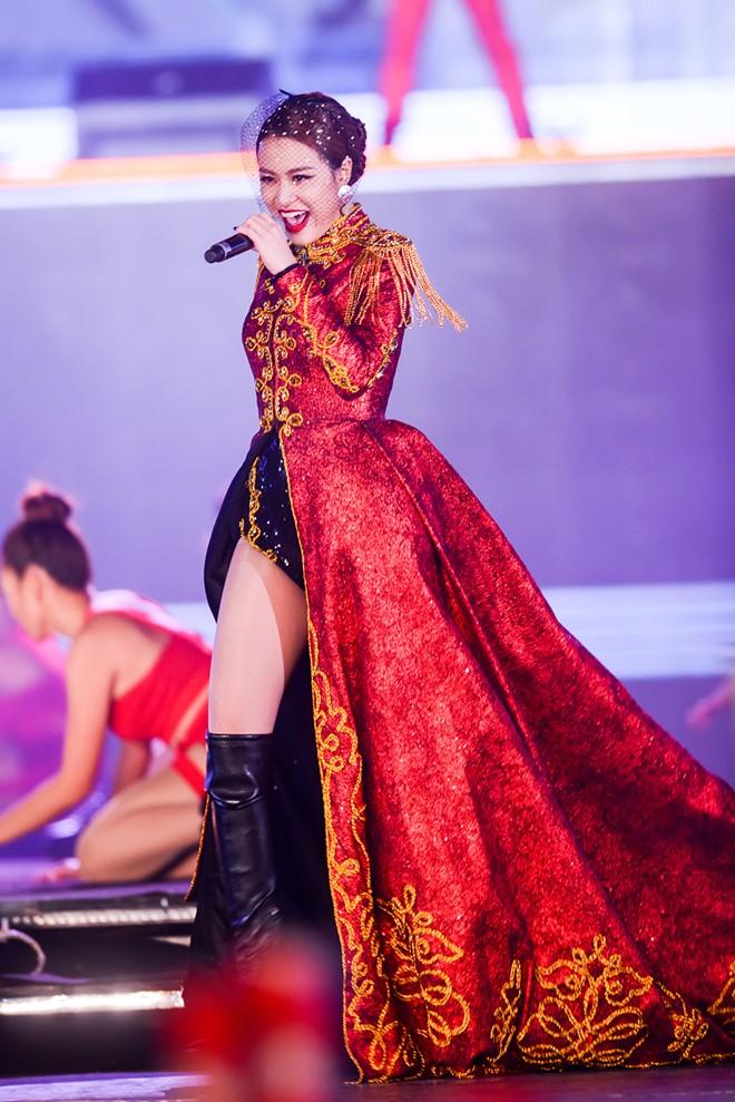 Hoàng Thùy Linh múa cột sexy trong giá rét - hình ảnh 5