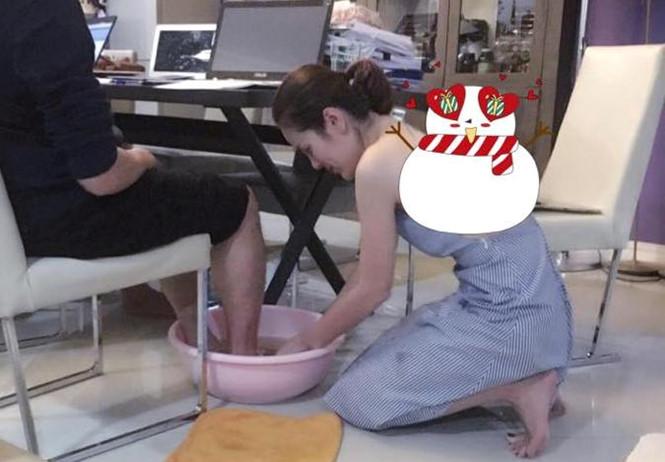 Chân dung á hậu xinh đẹp, giàu có rửa chân cho chồng - hình ảnh 1
