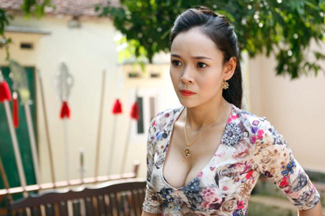 Sao Việt không ngại những cảnh khoe ngực, phản cảm trong hài Tết - hình ảnh 20