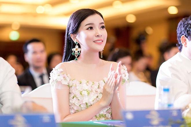 """Á hậu """"siêu vòng 3"""" Khánh Phương khoe hình thể thắt đáy lưng ong - hình ảnh 3"""