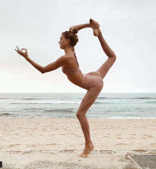 Ngỡ ngàng vì độ dẻo của mỹ nhân thích yoga khỏa thân - hình ảnh 14