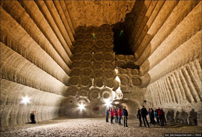 Choáng ngợp vẻ đẹp như ngoài hành tinh bên trong hang động muối khổng lồ - hình ảnh 1