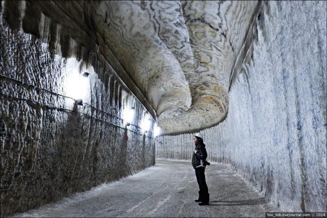 Choáng ngợp vẻ đẹp như ngoài hành tinh bên trong hang động muối khổng lồ - hình ảnh 2