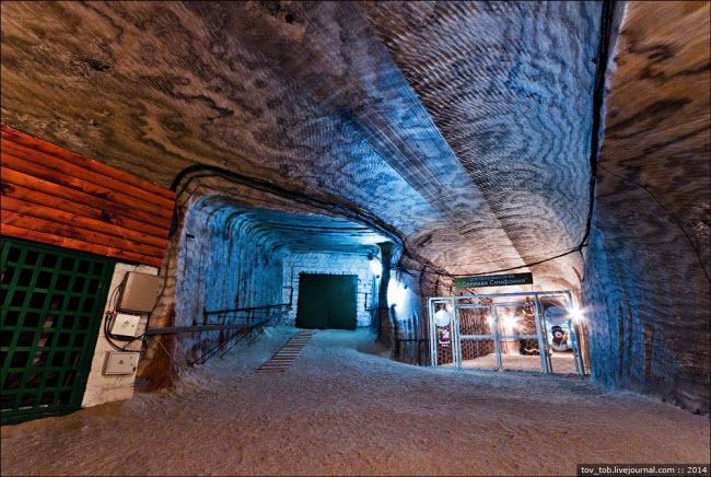 Choáng ngợp vẻ đẹp như ngoài hành tinh bên trong hang động muối khổng lồ - hình ảnh 7