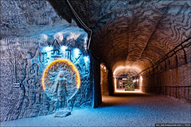 Choáng ngợp vẻ đẹp như ngoài hành tinh bên trong hang động muối khổng lồ - hình ảnh 10
