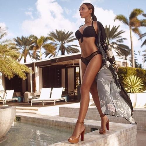 Người ta quấn chăn đi làm vì rét, con nhà giàu vẫn diện bikini tắm biển - hình ảnh 2