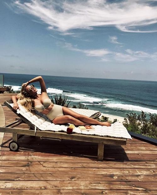 Người ta quấn chăn đi làm vì rét, con nhà giàu vẫn diện bikini tắm biển - hình ảnh 7
