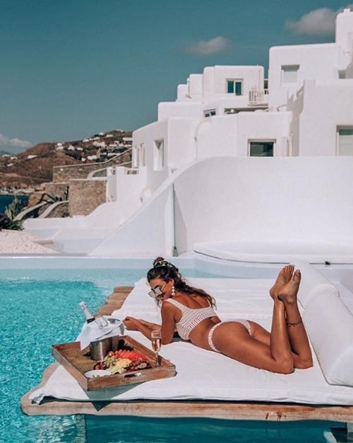 Người ta quấn chăn đi làm vì rét, con nhà giàu vẫn diện bikini tắm biển - hình ảnh 10