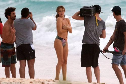 """Chụp bikini giữa dàn trai lạ, hôn thê """"Người vận chuyển"""" bình tĩnh dù lộ ngực - hình ảnh 5"""