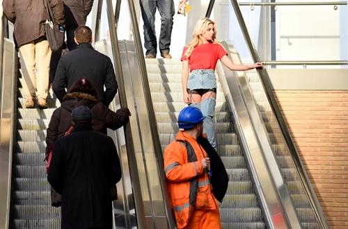 Cô mẫu liều mình mặc jean khoét cực hiểm ra phố và kết quả bất ngờ - hình ảnh 2
