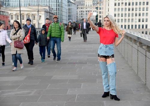 Cô mẫu liều mình mặc jean khoét cực hiểm ra phố và kết quả bất ngờ - hình ảnh 4