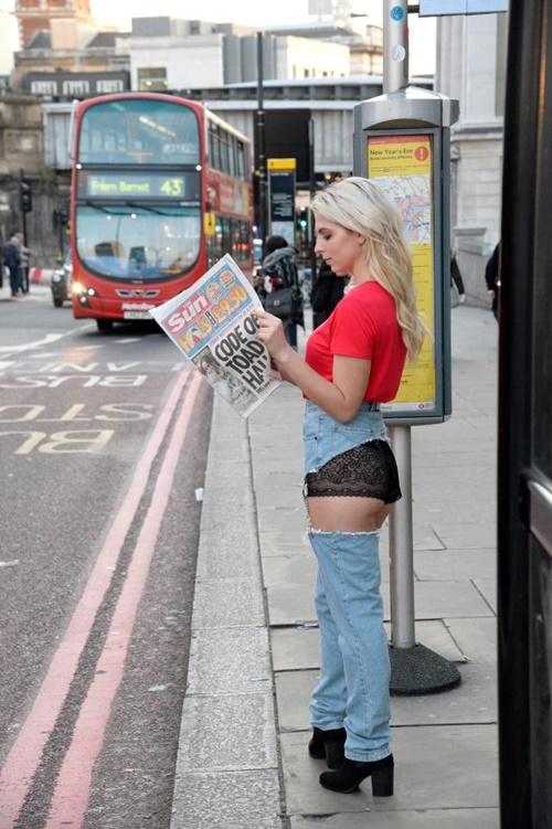 Cô mẫu liều mình mặc jean khoét cực hiểm ra phố và kết quả bất ngờ - hình ảnh 6