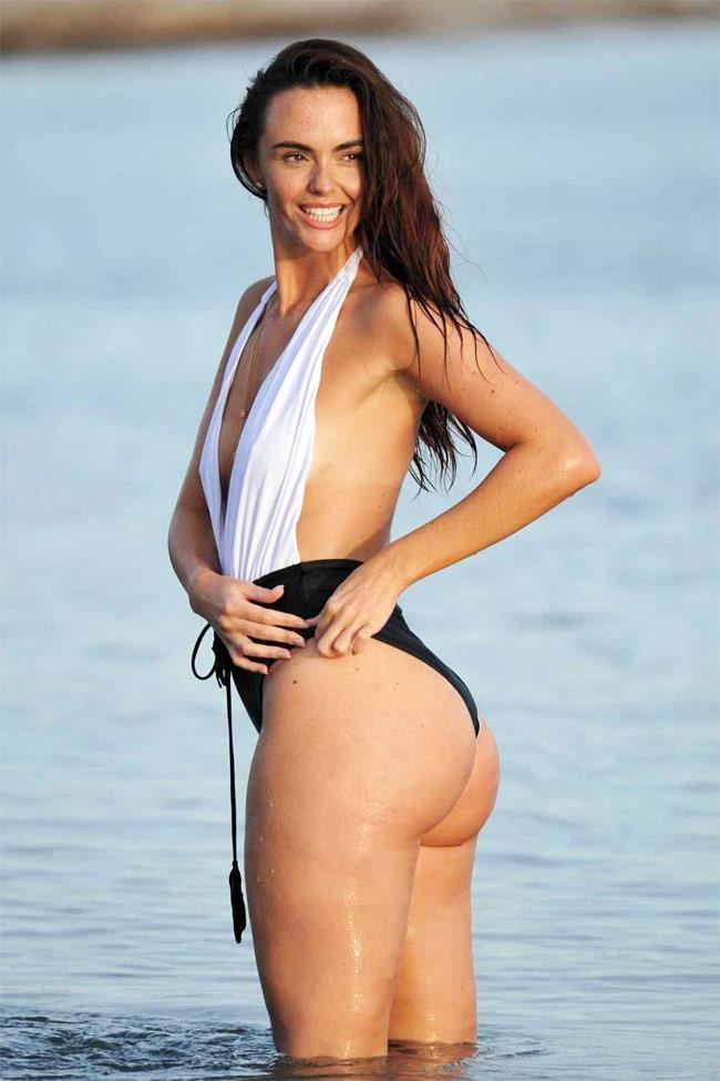 Đứng hình vì bikini nhỏ xíu của người đẹp có vòng 3 hot nhất Anh quốc - hình ảnh 2