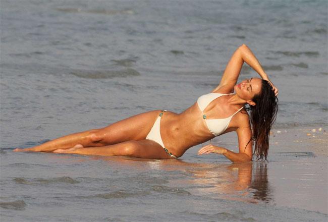 Đứng hình vì bikini nhỏ xíu của người đẹp có vòng 3 hot nhất Anh quốc - hình ảnh 1