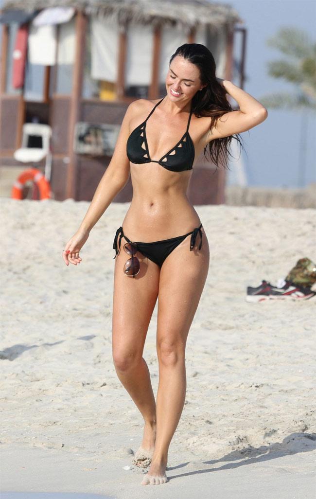Đứng hình vì bikini nhỏ xíu của người đẹp có vòng 3 hot nhất Anh quốc - hình ảnh 4