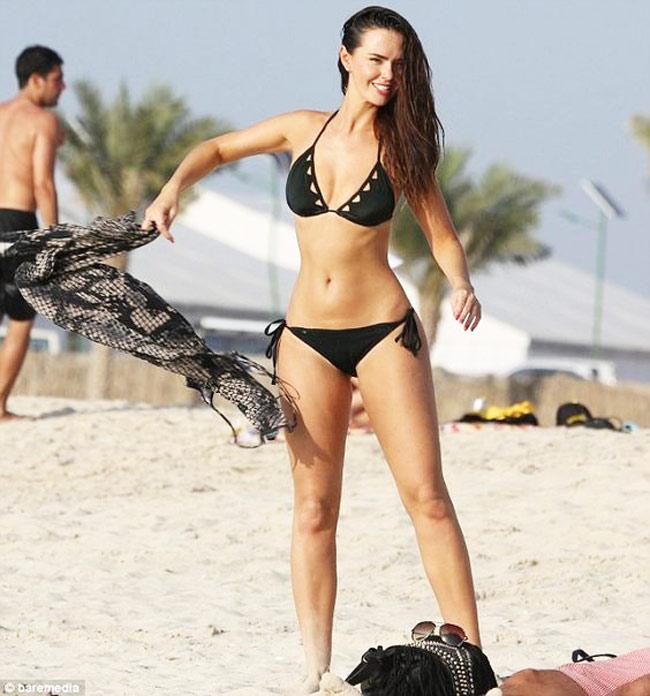 Đứng hình vì bikini nhỏ xíu của người đẹp có vòng 3 hot nhất Anh quốc - hình ảnh 5
