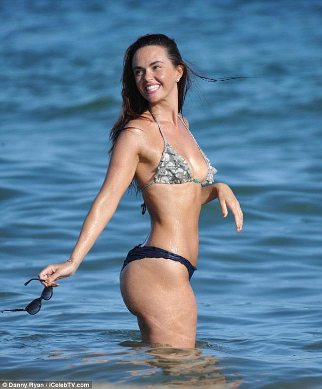 Đứng hình vì bikini nhỏ xíu của người đẹp có vòng 3 hot nhất Anh quốc - hình ảnh 6